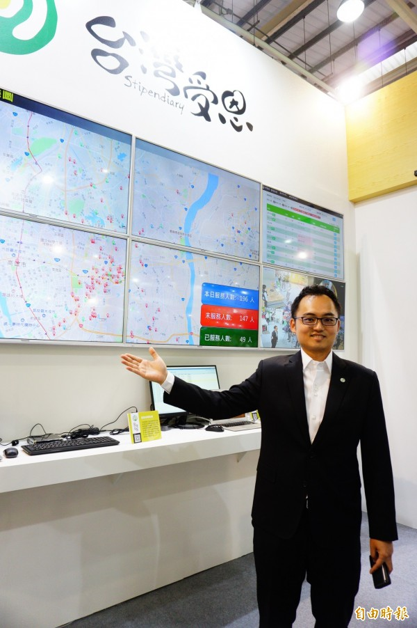 台灣受恩董事長劉庭軒介紹智慧照護的數據管理中心展示牆。(記者何宗翰攝)