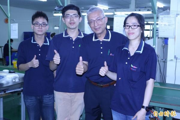璨揚企業老闆黃文献(右2)與聽障生產線員工。(記者王俊忠攝)