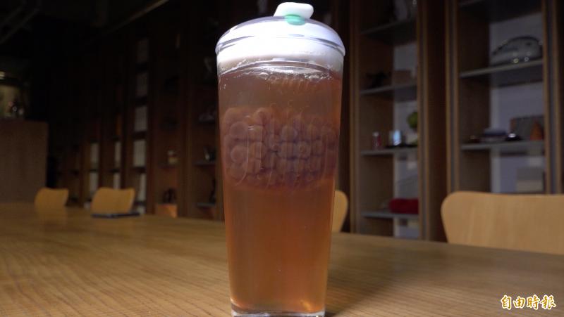 「FLOAT」杯可以把飲品的配料托在上層,讓民眾在喝的時候可以自己控制配料入口的多寡。(記者張家寶攝)