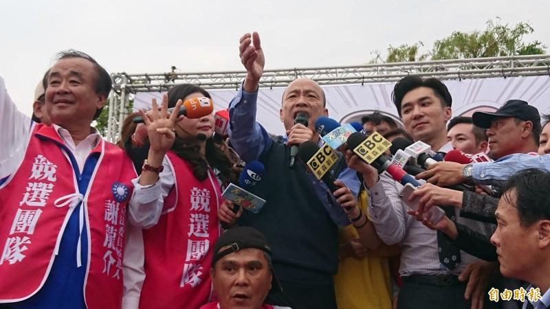 韓國瑜發言時,東森新聞台黃衣女記者與中天新聞台白衣記者發生衝突,被現場媒體直擊。(記者楊金城攝)