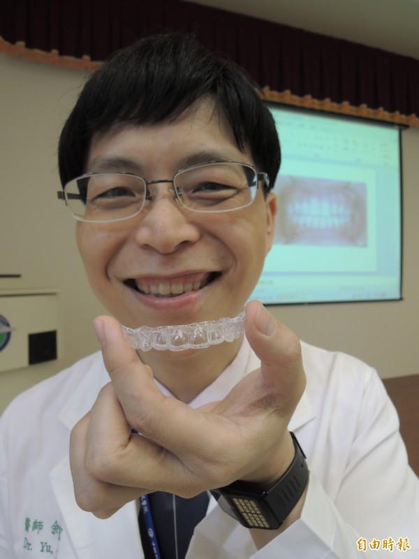 醫師余建宏建議,牙齒微矯正可用透明的隱型牙套,增加美觀。(記者蔡淑媛攝)