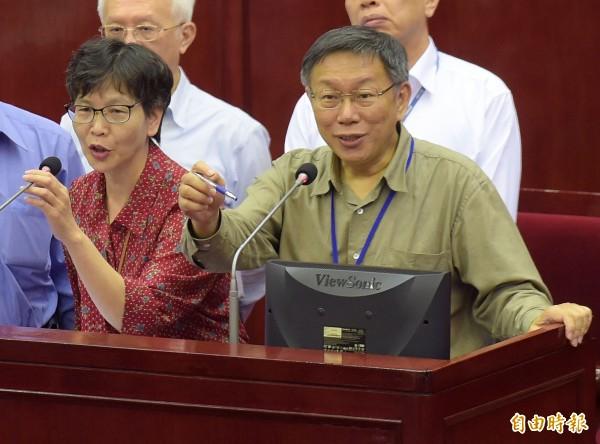 台北市今天公布與遠雄會面會議紀錄,其中市長室辦公室主任蔡壁如(左)稱,與遠雄董事長趙藤雄會面共有3次,然而翻開會議紀錄,有紀錄的會面至少有8次,數字出入有誤。(記者黃耀徵攝)