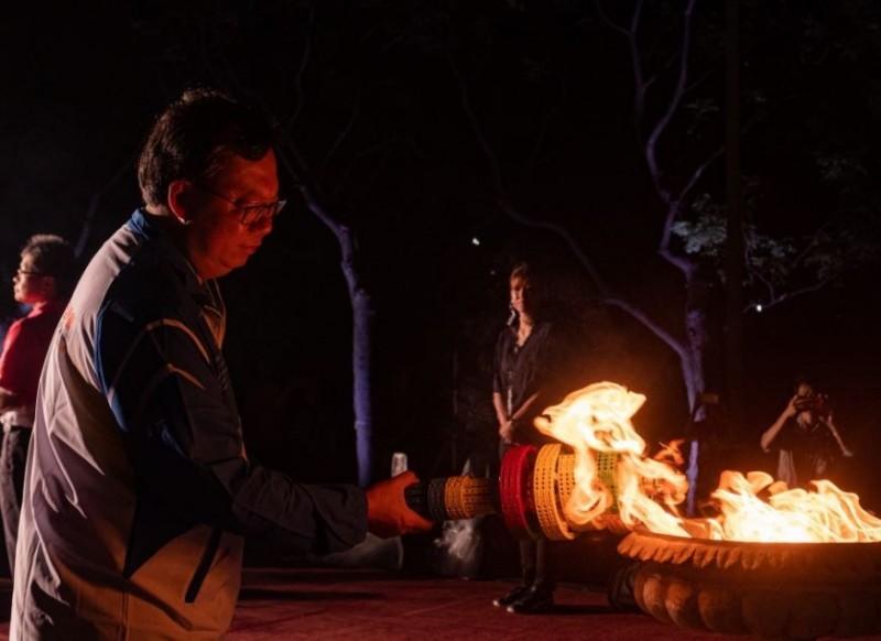 桃園市長鄭文燦(見圖)今晚在聖火引燃典禮點燃主火炬,展開聖火傳遞儀式。(圖擷取自鄭文燦臉書)