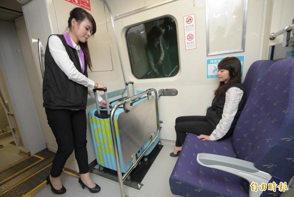 桃捷公司9日介紹機捷車廂座椅拆後新行李空間,直達列車拆除28個座位,每個位置可放3個28吋行李箱。(記者張嘉明攝)