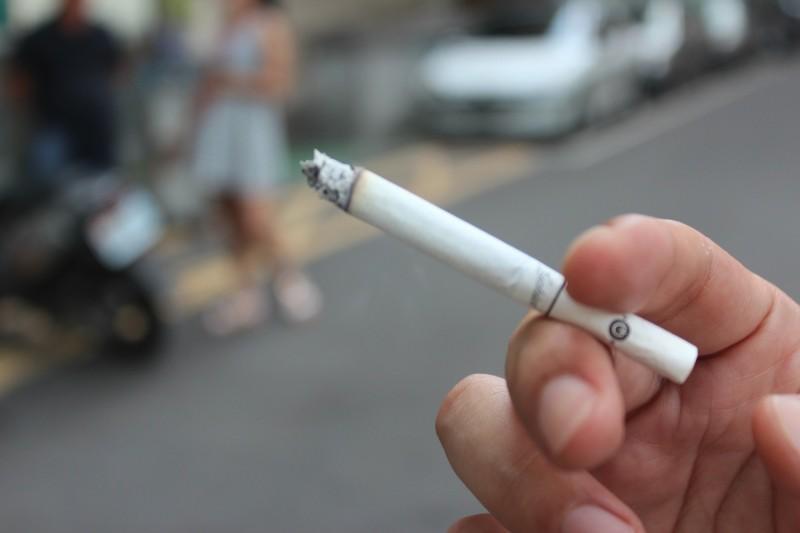 近來加熱式菸品越來越常見,許多人認為這較香菸危害輕;國民健康署今天發布新聞稿強調,加熱式菸品一樣含有尼古丁和致癌物,已在討論修法「菸害防制法」,讓禁止加熱式菸品進口於法有據。(資料照)