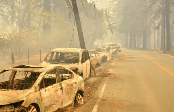 加州天堂鎮路邊的車輛被燒毀,目前這場野火已造成5人死亡。(法新社)