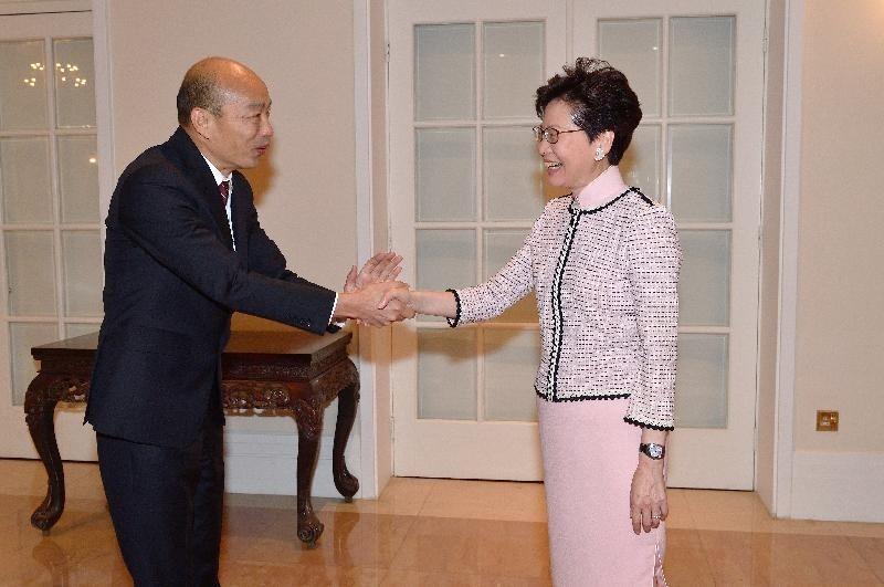 高雄市長韓國瑜(左)出訪港澳,見到香港特首林鄭月娥(右),還密訪港澳2地的中聯辦主任;有香港人認為,韓國瑜的話術非常像香港親共人士的說詞。(資料照)