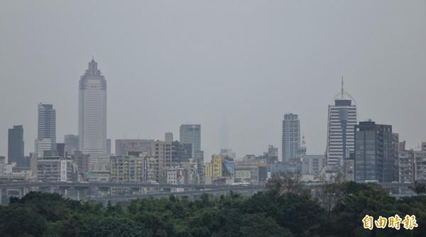 本週多天台灣西半部空氣品質不佳,尤其昨(8日)有近60個測站達到「橘色提醒」,西半部幾乎全淪陷。(資料照)