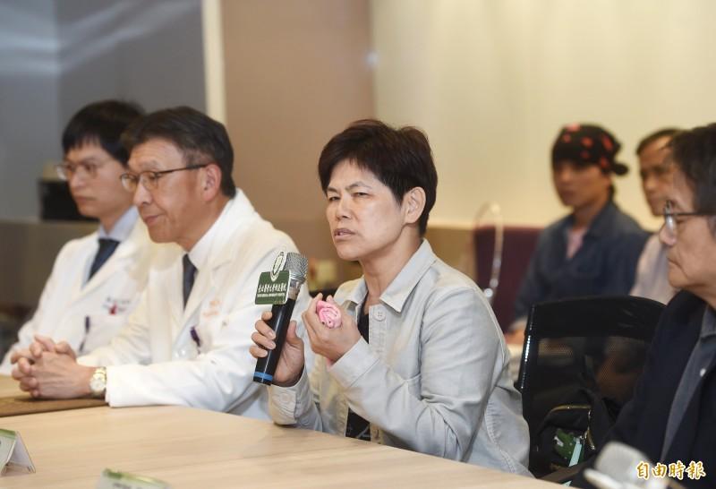 「台獨先驅」史明過世,史明教育基金會董事長黃敏紅(中)21日與北醫人員舉行記者會說明。(記者方賓照攝)