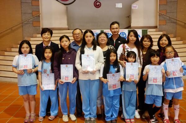今日在朝會捐髮的同學,都獲得校長頒贈獎狀。(記者劉彥甫攝)