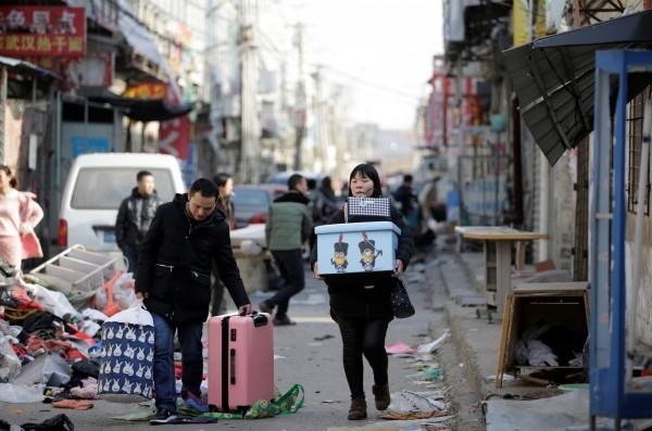 中國官方認為中國人權問題只有中國人能發言。圖為北京民眾遭官方從住宅強制驅離。(路透)