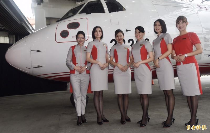 遠東航空今公布第二代空地勤新制服,找來知名留法設計師方國強,以「太空科技」為核心理念,強調功能性與俐落外觀。(記者簡榮豐攝)