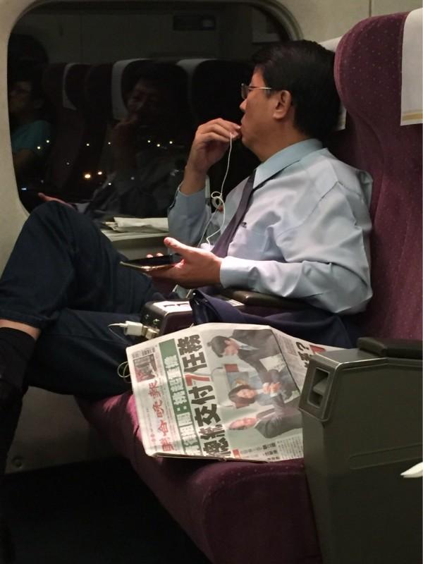 謝龍介被民眾發現獨自一人搭乘高鐵,神情相當落寞,身旁放著一份今天的晚報,封面恰巧是賴清德在閣揆交接記者會上的照片。(圖擷取自PTT)