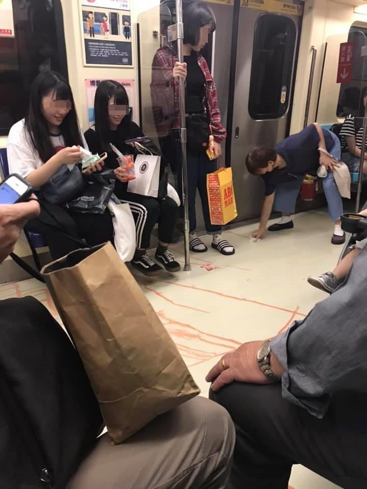 正妹搭捷運不小心把飲料打翻,引發網友熱議。(圖擷取自爆廢公社)