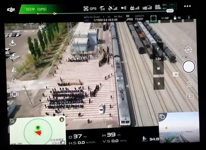 外媒指出,拍攝地點在新疆庫爾勒市的一處車站。(圖擷取自warcombatfear@Twitter)