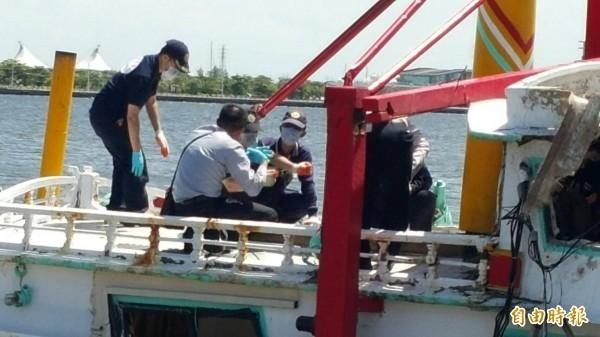 高雄地檢署登「翔利昇」漁船勘驗,比對飛彈進出方向、蒐集飛彈殘骸等微物證據。(資料照,記者陳文嬋攝)