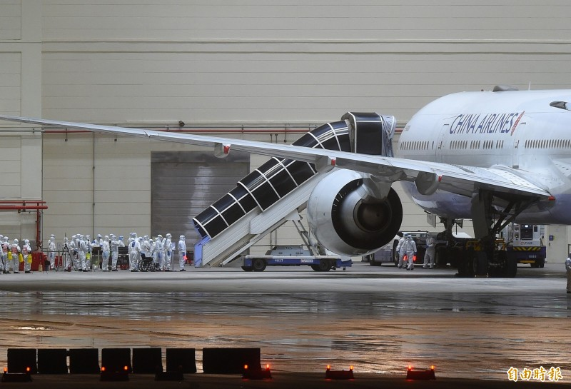 華航類包機拖進台飛棚廠進行旅客下機作業。(記者朱沛雄攝)