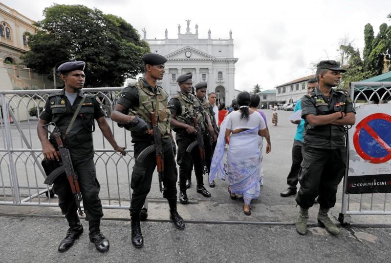 恐攻發生後,引發宗教對立,多名武裝警察在各個教堂前實施安全檢查。(路透)