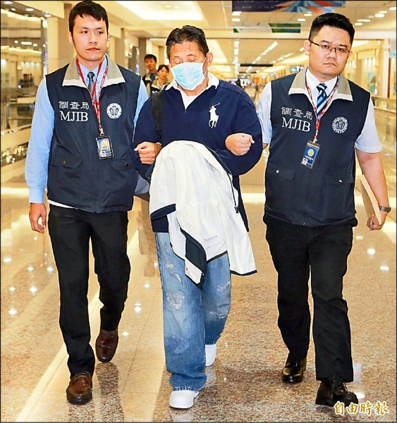 詐騙12億的經濟要犯劉振強逃美20年,昨晚由調查局押解返國歸案。 (記者姚介修攝)