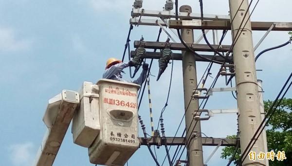 台電人員維修輸電饋線。示意圖與文無關(資料照)