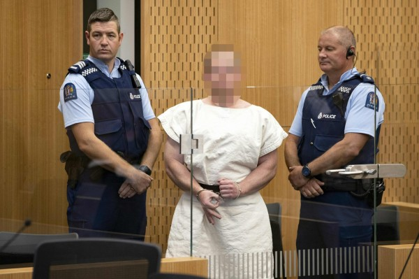 警方逮捕28歲主嫌塔倫)後,今天上午被控謀殺罪出庭受審,他面無表情聆訊,全程保持沉默,期間還特意比出象徵「白色力量」(White Power)的歧視手勢。(法新社)