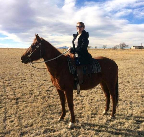 3年前被人下藥性侵,甚至丟包在鐵軌遭輾斷雙腿,如今霍瓦特已重返校園,喜歡戶外活動的她,甚至進行騎馬、拳擊等活動。(圖取自《太陽報》)