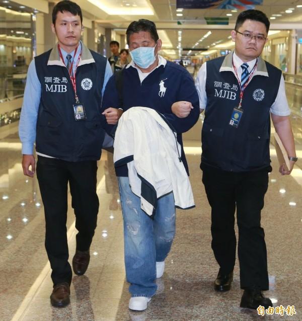 詐騙12億元、潛逃美國23年的經濟犯劉振強,由調查局美國押返押回國歸案。(記者姚介修攝)