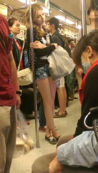 北捷不時也會出現外國正妹乘客。圖為2014年有網友在PTT表特版貼出一張金髮外國正妹搭捷運的照片,有網友大讚她是「北捷史嘉雷」!(圖擷取自PTT)