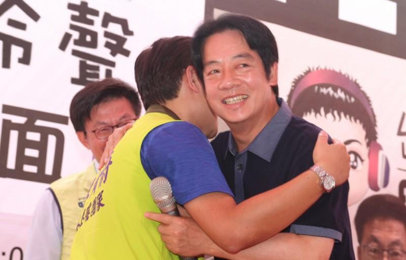 前行政院長賴清德(右)22日在台南出席廣播節目主持人阿羚舉辦的聽友見面會,上台致詞前與支持者擁抱致意。(中央社)
