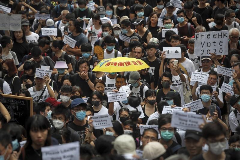 香港網友今天發起「馬拉松式請願」,成功向16國駐港領事館遞交請願信。(美聯社)