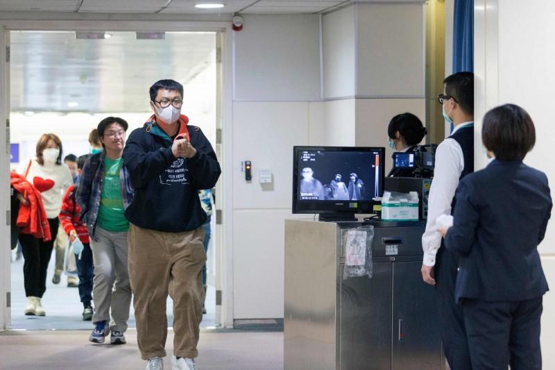 美國疾病管制暨預防中心(CDC)今天確認在華盛頓州西雅圖發現第一起2019新型冠狀病毒肺炎病例,即日起擴大機場篩檢。圖為桃園機場以熱掃描儀對來自中國武漢的民眾進行篩檢。(法新社)