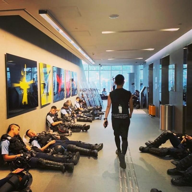 議員陳志全也PO出照片,批評警察竟然跑進立法會大樓「睡覺」。(擷取自陳志全議員(慢必)臉書粉絲專頁)