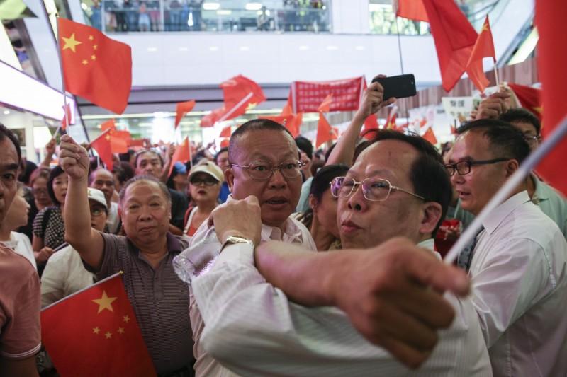 香港大批親中支持者昨(14)日群聚淘大商場,手持國旗、高唱國歌,與現場反送中示威者發生衝突。(資料照,歐新社)