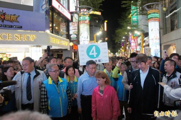 台北市長柯文哲在西門町因為人潮太多,使得掃街無法順利進行。(記者黃建豪攝)