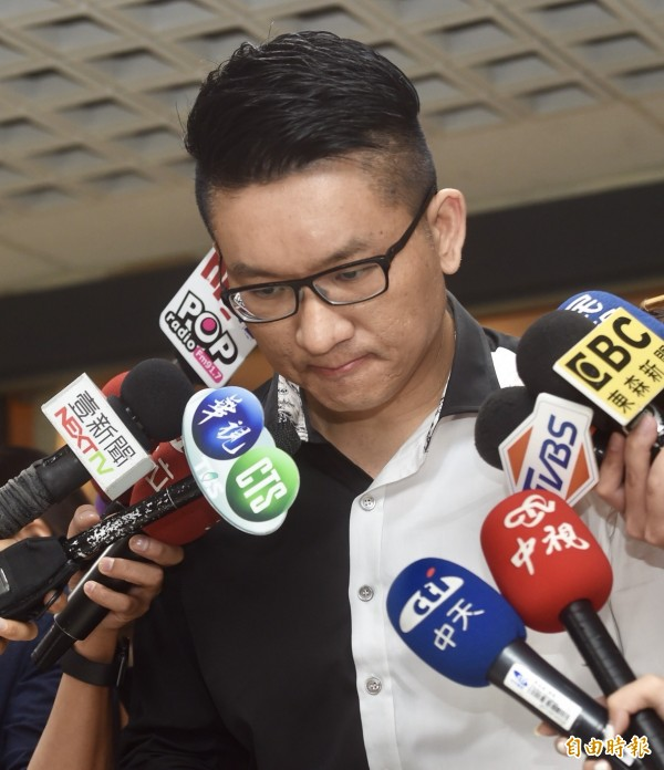 日前酒駕自撞的台北市議員童仲彥,今天(13日)宣布退出年底選戰,並向社會大眾及選民鞠躬道歉。(記者簡榮豐攝)