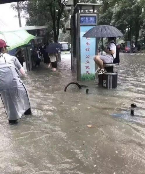 中國首都北京昨(16)日起受暴雨影響,統計有超過100處嚴重淹水,民生經濟大受打擊,北京每逢強降雨就變成水鄉澤國的原因,在於該城市並沒有下水道,僅有排水管因此無力抵抗暴雨來襲。(圖擷取自微博)
