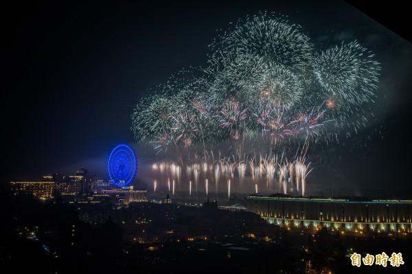 高雄義大世界今年繼續挑戰跨年煙火施放紀錄,長達999秒。(記者張忠義攝)