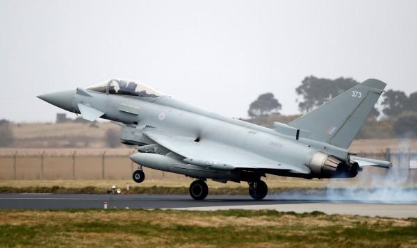 兩架俄羅斯戰機於22日凌晨被發現闖入黑海上空,由於該處是北約領空,英國皇家空軍也隨即派出4架戰機升空攔截。圖為颱風戰鬥機(Typhoon),示意圖。(路透)