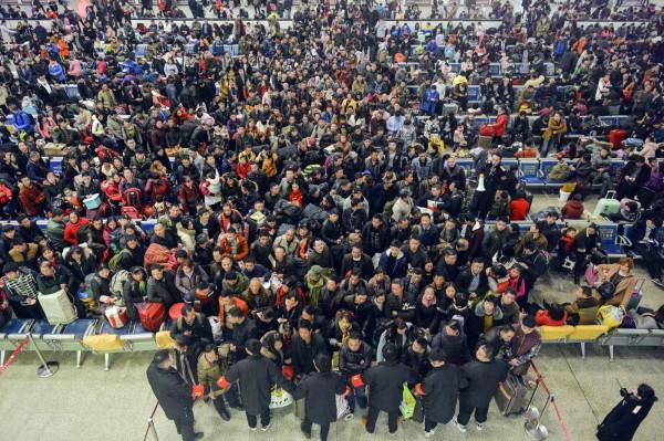 圖為大批返鄉旅客湧入漢口火車站。(美聯社)