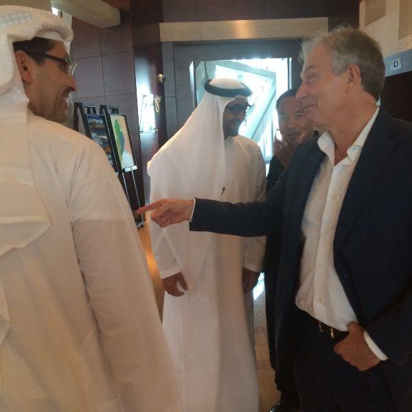 網上流傳一張據稱是2013年前英國首相布萊爾(右一)擔任聯合國中東特使時,與郭文貴(右二)拜訪中東某國重要人士的照片,史東去年曾爆料,郭文貴和布萊爾有複雜的金錢往來關係。(翻攝自推特)
