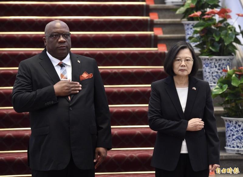 總統蔡英文(右)16日於總統府軍禮歡迎聖克里斯多福及尼維斯總理哈里斯(左)。(記者羅沛德攝)