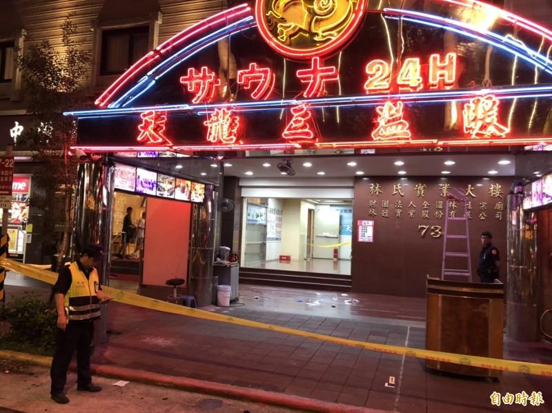 北市重慶北路一段一家三溫暖外有人受傷,救護人員趕到現場,將一名年約55歲的傷者送醫。(記者王冠仁攝)