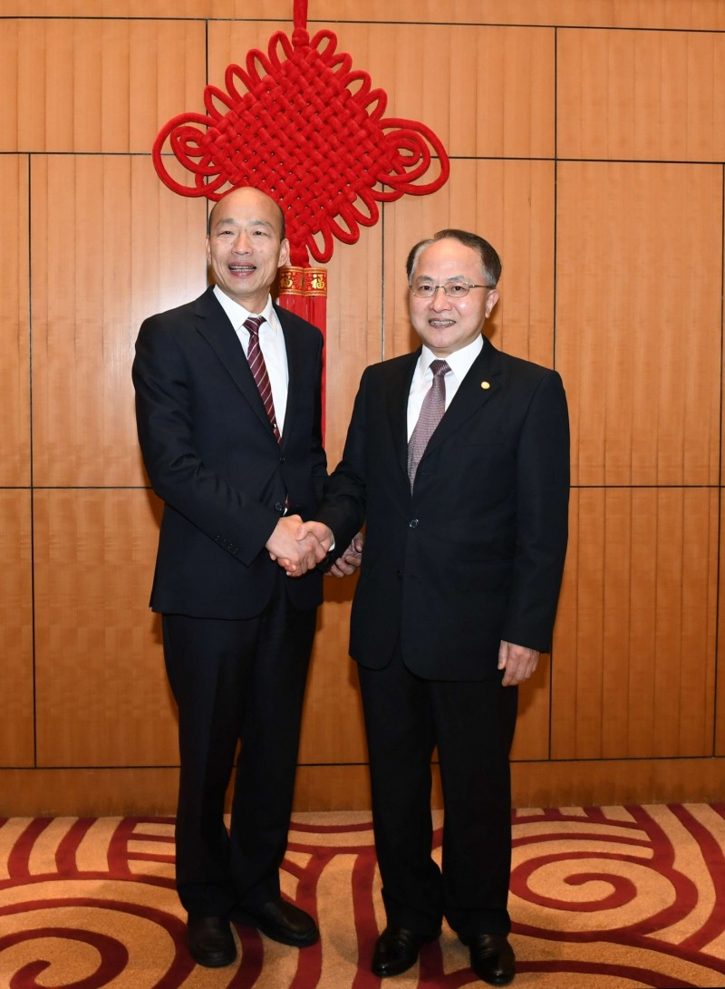 中聯辦主任王志民會見高雄市長韓國瑜,兩人握手對鏡頭露出笑容。(圖擷取自中聯辦)