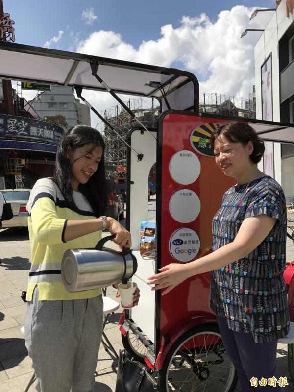 友善環境的『太陽能行動咖啡車』,配上友善農民的畢嘉士公平貿易咖啡,可以讓弱勢青年輕鬆自立。(記者陳炳宏攝)