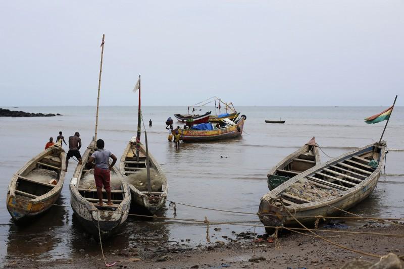 中國漁船大舉入侵,導致非洲獅子山共和國魚都不見了。非洲傳統漁民示意圖。(美聯社)