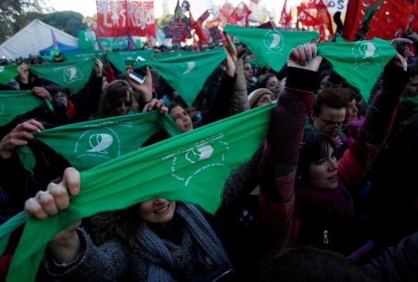 天主教國家阿根廷朝解禁墮胎邁出重大一步,國會眾議院週四(14日)投票通過合法墮胎法案:支持懷孕前14週可合法墮胎。圖為支持合法墮胎法案的民眾在國會大廈外聚集。(路透)