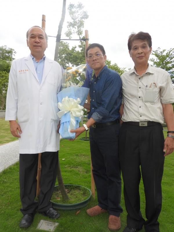 高雄長庚名譽院長陳肇隆(左)跨海操刀,救了6位換肝小病人。(資料照,記者方志賢攝)