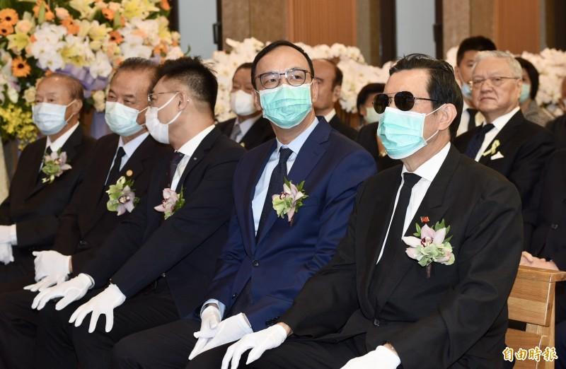 前國民黨主席朱立倫(右二)與馬英九(右一)不時交頭接耳,和國民黨主席江啟臣(圖中)互動不多。(記者羅沛德攝)