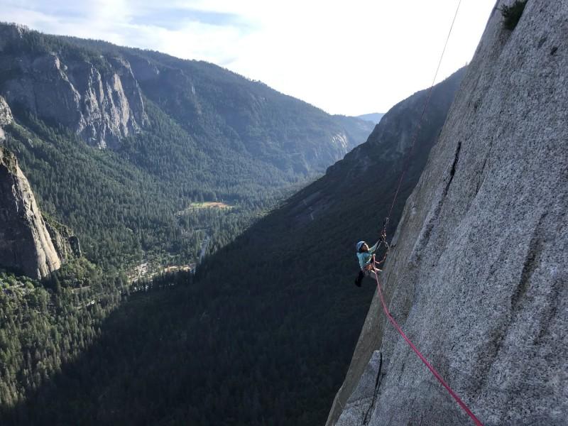 施耐特成功攻頂優勝美地酋長岩,成為史上最年輕征服這座峭壁的攀岩者。(路透)