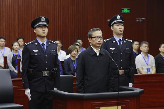 上海市第二中級人民法院今天上午一審公開宣判前福建省長蘇樹林受賄、國有企業人員濫用職權案,蘇樹林被判處有期徒刑16年,併處罰金人民幣300萬元。(圖取自新浪網)